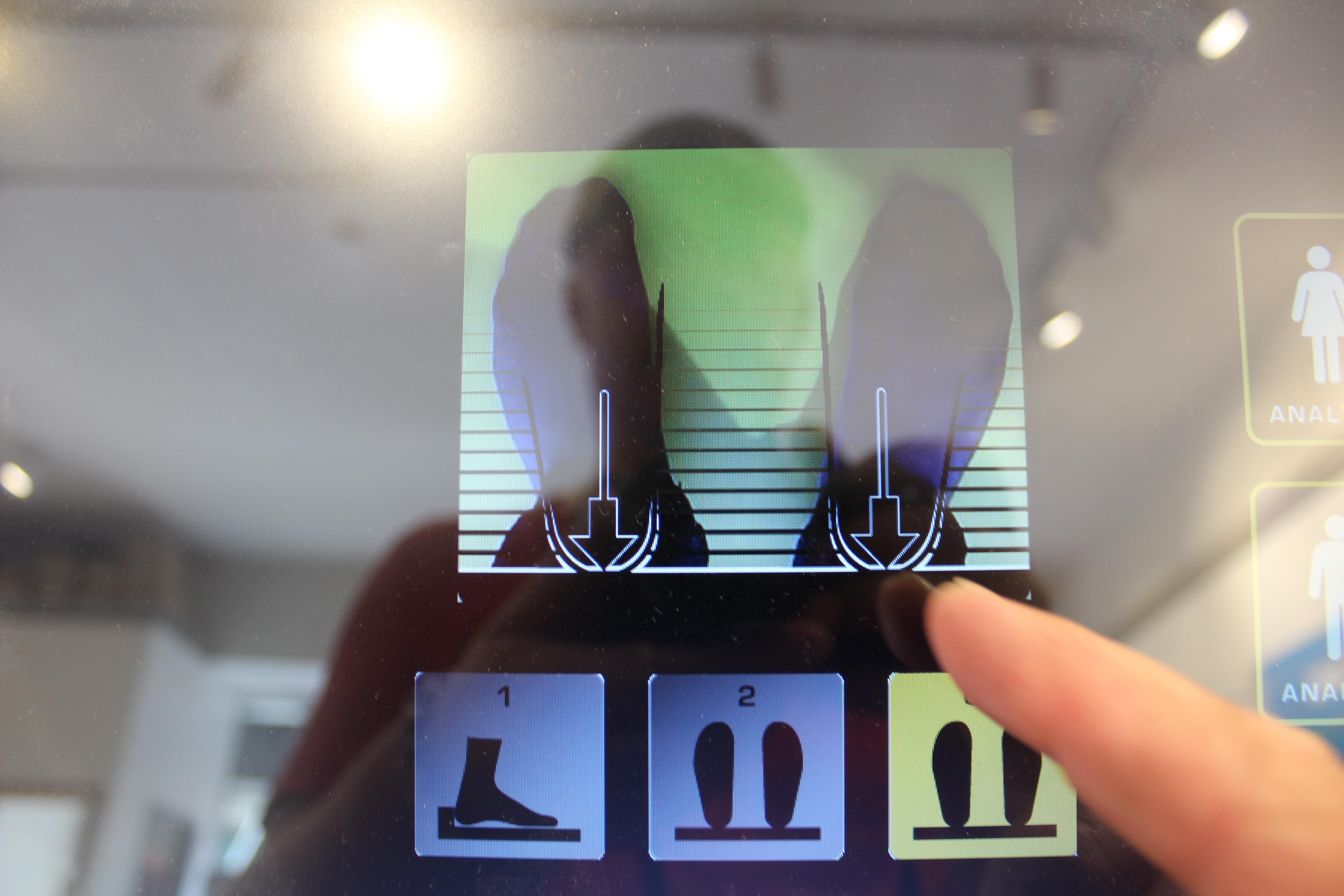 Juoksulabra ja Brandstore Korkeavuorenkatu viidessä myy juoksukenkiä ja paljasjalkakenkiä – Feetbox-laite näyttää minkälaiset kengät juuri sinulle sopivat